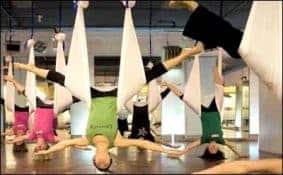 Melenturkan Tulang Belakang dengan Senam Yoga Anti-Gravity