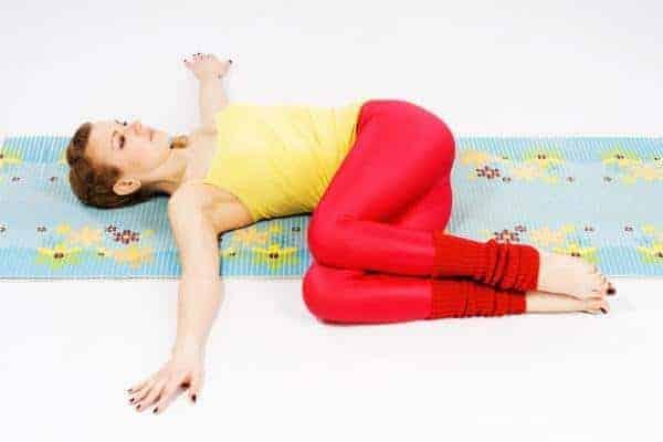 gerakan yoga - two knee twist