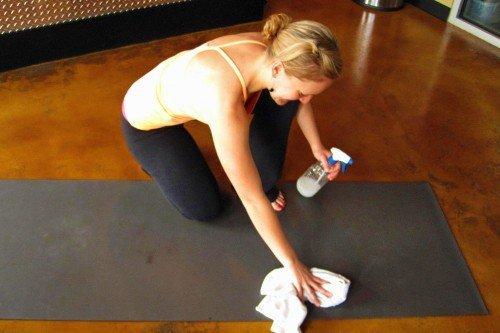 membersihkan yoga mat