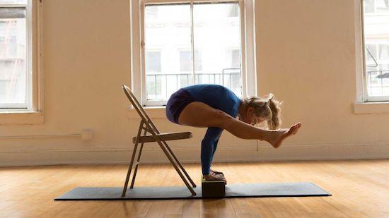 yoga pose advance dengan peralatan yoga